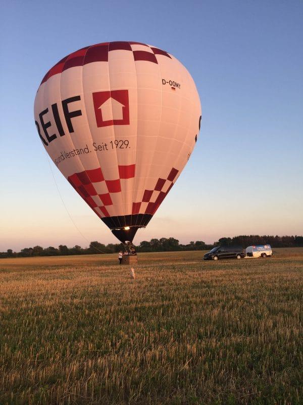 Heißluftballon der Firma Streifhaus nach der Landung am Niederrhein