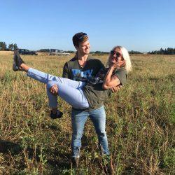 Glückliches Paar nach einer exklusiven Ballonfahrt